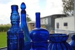 Ooievaar flessen vensterbank
