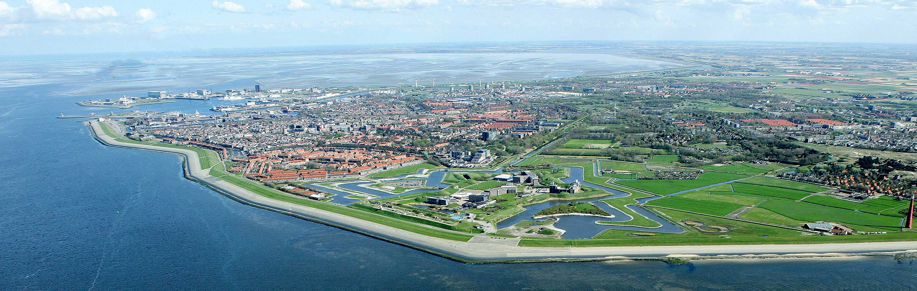 Den Helder met helemaal rechts Fort Kijkduin